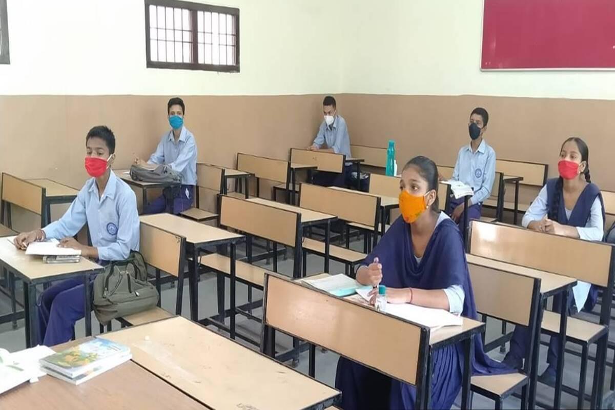 कल से खुलेंगे स्कूल, पंजाब के अहमदगढ़ में टीकाकरण कराने के लिए शिक्षकों की भीड़